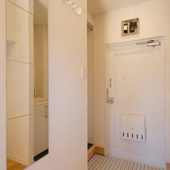玄関には全身鏡もコート掛けもあるのです※写真は同間取り反転タイプの1階のお部屋です