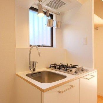 キッチンはコンパクトながらに2口※写真は同間取り反転タイプの1階のお部屋です