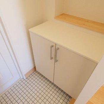 靴箱の奥に床材と同じ木で棚が◎何を置こうかなぁ※写真は同間取り反転タイプの1階のお部屋です