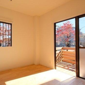 無垢床にあたたかい光が差し込むお部屋!※写真は同間取り反転タイプの1階のお部屋です