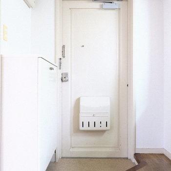 シンプルな玄関。(※写真は4階の同間取り別部屋のものです)