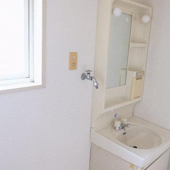 脱衣所にも窓が○(※写真は4階の同間取り別部屋のものです。実際窓はありません)