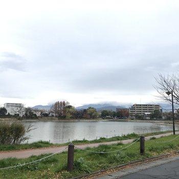 歩いて8分ほどのところには貯水池もありますよ♪