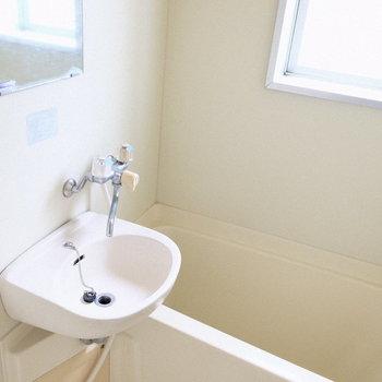 お風呂まで窓付きでこの明るさ!(※写真は4階の同間取り別部屋のものです)
