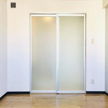 脱衣所は半透明の扉で