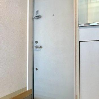 玄関は必要最低限。靴箱を用意しましょう。