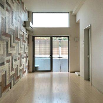 寄木細工の様な壁が目を引きます
