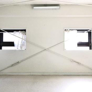 ロフトは5帖!窓からは優しい光が差し込みます。 (※写真は清掃前のものです)