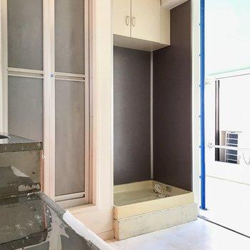 洗濯機はグレーとパープルの間の色、上の棚も便利だなー! (※写真は清掃前のものです)
