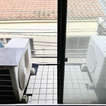 窓の外は室外機、バルコニーはありません。ちょうど通行人から見えなくなっています!