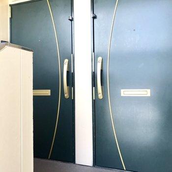 1フロア2部屋のみ、右側のお部屋です。