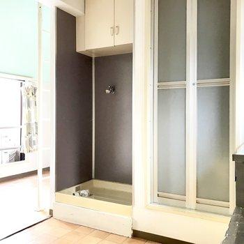 洗濯機はグレーとパープルの間の色、上の棚も便利だなー! (※写真は清掃前のものです