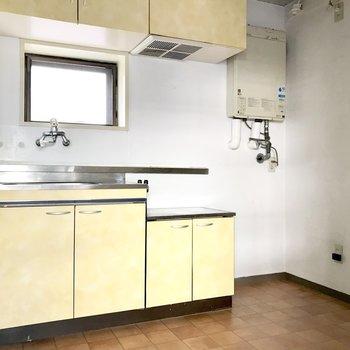 キッチンは淡いイエロー。 (※写真は清掃前のものです)