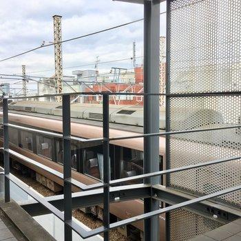 共用廊下から電車が見える!良い車両ですね。 ※写真は前回募集時のものです