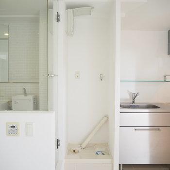 洗濯機置場がすっぽり収まっています。(※写真は2階の同間取り別部屋のものです)
