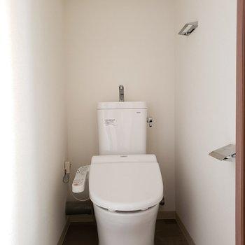 トイレはしっかりしていてウォシュレット付き※写真は9階の同間取り別部屋のものです