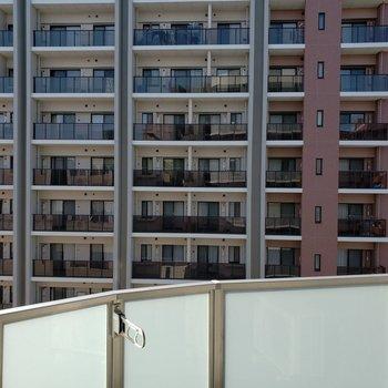 目の前はマンションビュー※写真は9階の同間取り別部屋のものです