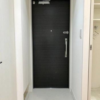 玄関の扉には鍵が2つ付いています。(※写真は6階の同間取り別部屋のものです)