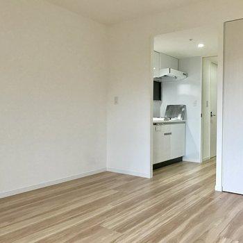 扉はなくてもキッチンとリビングは分けられています。(※写真は6階の同間取り別部屋のものです)