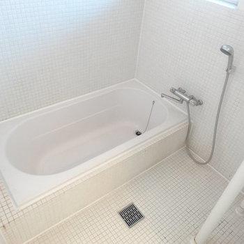タイル張りのお風呂。広い!※写真は2階の反転間取り別部屋です。