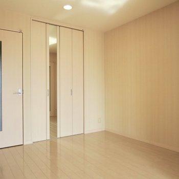 【DK】クローゼットの扉には鏡姿見がついています※写真は前回募集時のものです