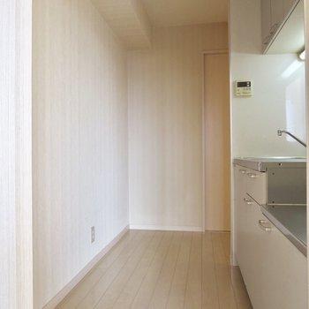 【DK】キッチンの通路は、洋室と洗面所につながっています※写真は前回募集時のものです