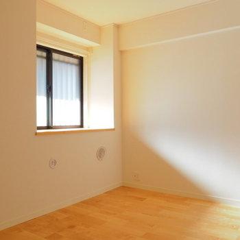 廊下側の居室は出窓が気持ちいい!※前回募集時の写真です