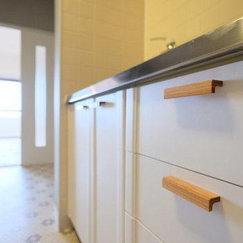 【イメージ】キッチンは既存のものにシートと木の取っ手をつけてリメイク