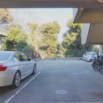建物裏には駐車場も