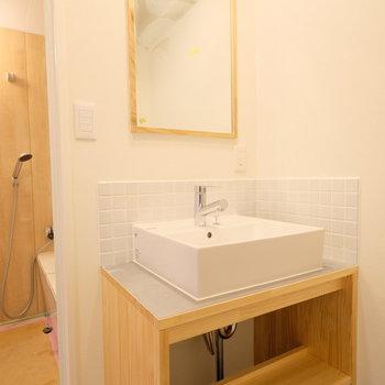【イメージ】洗面台は木製のナチュラルなものを新設