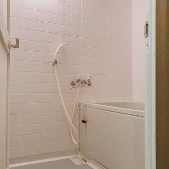 【工事前】お風呂は既存に縦長のミラーつきます