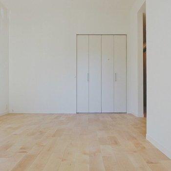 【イメージ】優しい色合いのバーチを床材に