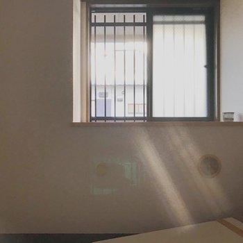 【工事前】出窓になっているので、色々小物も置けそう♪