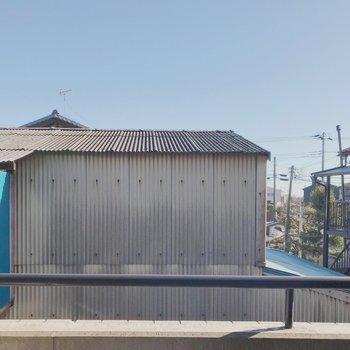 トタンの建物が正面にあります