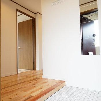 【イメージ】玄関もゆったり!白いタイルで明るくお出迎え!