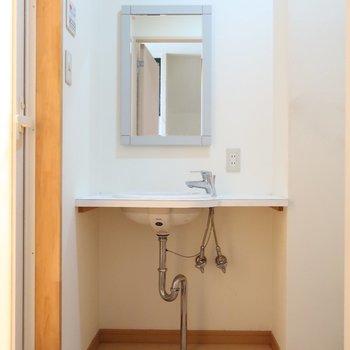 洗面下に小さなラックを置いて収納力をUPさせよう!(※写真は清掃前のものです)
