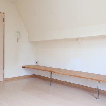 ベンチはTV台や飾り棚として使えるね(※写真は清掃前のものです)