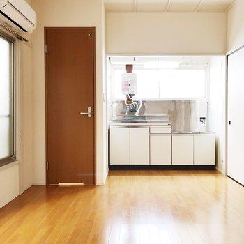 【キッチン】明るいフローリングの床です