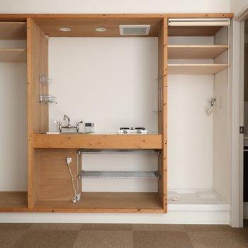 キッチン左に冷蔵庫置き場、右に洗濯機置場