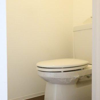 玄関よこにトイレはございます!