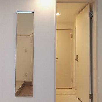 さて、水回りは玄関の目の前から。全身鏡でラストチェックができます。