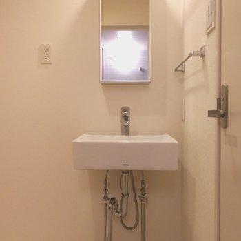 トイレの手前は脱衣所に。独立洗面台は少し小ぶりなので、洗濯機との間にタワーラックがあると便利です