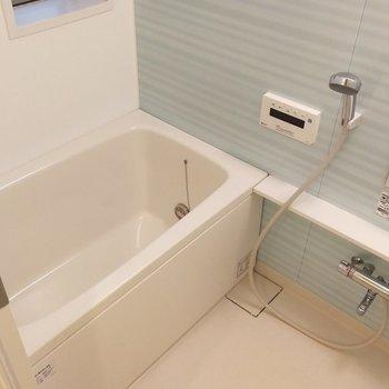 お風呂場も爽やかな色づかい。追い焚きもできる…!