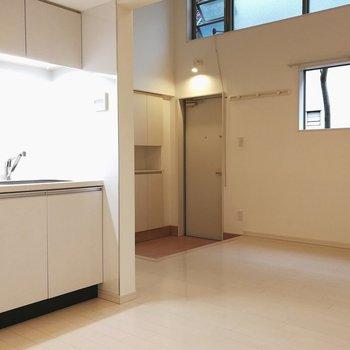 玄関から対角線上から振り返ると、キッチンが見えます