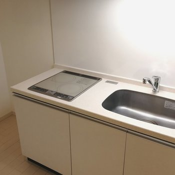 大きめの2口IHのシステムキッチン!隣に冷蔵庫がおけます