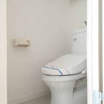 トイレ上に収納付きです。