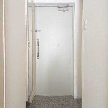 シューズボックス扉に姿見がついてます