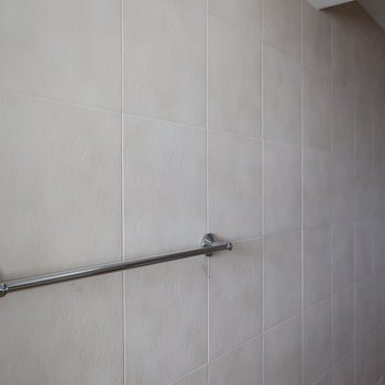 水周りの壁、ザラザラしてて珪藻土マットの質感に似てる (※写真は5階反転間取り別部屋のものです)