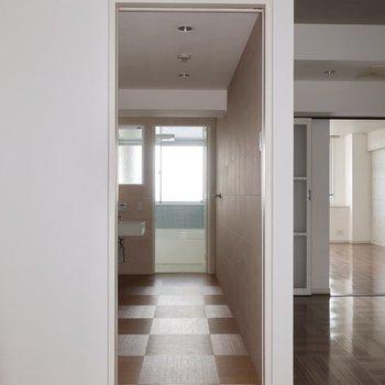 キッチンの右手には水周り (※写真は5階反転間取り別部屋のものです)