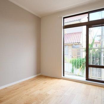 寝室には優しい色のアクセントが※写真は同間取りの別部屋のものです